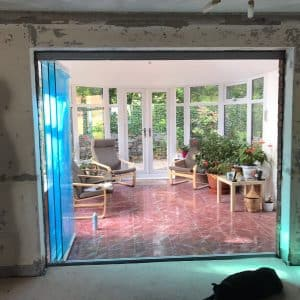 Frameless room divider with level threshold
