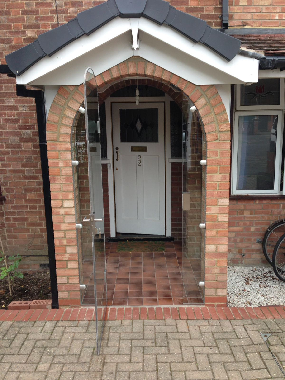 Cambridgeshire, frameless curved porch door